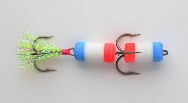 Крючок с разноцветными приманками