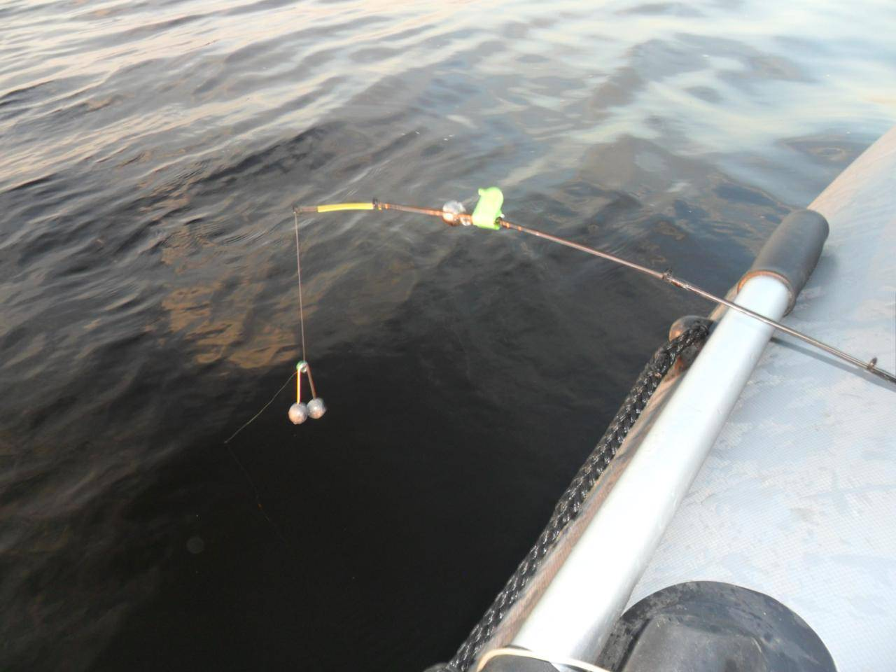 Удочка для ловли с лодки на реке